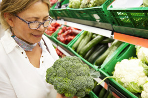woman-shopping-for-broccoli